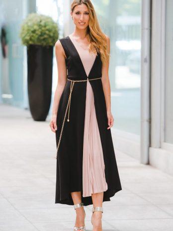 Vestido decote em V plissado com corrente