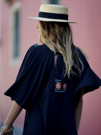 Vestido laçada costas com decote bordado